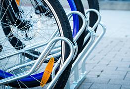 Ak hľadáte stojan na bicykle do úzkych priestorov pre váš projekt nemusíte už viac hľadať. Model ALFA MAXI a VARIO MAXI s rozostupom parkovacích miest 32cm šetrí miesto až o 10cm na 1 parkovacom mieste. Parkovacie miesta v cyklostojane majú striedavú výšku a preto ich z obľubou inštalujú v kočikárňach bytových domov.