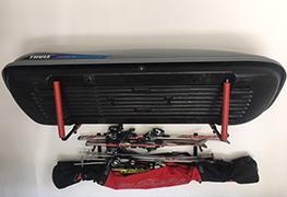 Máte neporiadok v garáži a na podlahe sa vám povaľujú auto doplnky a záhradne náradie? My vám ponúkame bezpečné úložne systémy na stenu do garáže. Držiak na strešný box na stenu, vešiaky na rebríky, vešiak na bicykle, vešiaky na náradie, police na rc autá, lyže