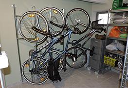 Táto kategória internetového obchodu obsahuje držiaky a vešiaky na bicykle na stenu. Profesionálne držiaky a vešiaky na stenu sú svojou rozmanitou konštrukciou vhodné do garáži, kočikárni ale hlavne pre verejne cyklo garáže. V ponuke máme držiaky pre 1 bicykel až 20 bicyklov.