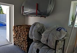 Táto kategória je zameraná pre úložné systémy pre dom, byt a záhradu. Nájdete v nej regále a držiaky na pneumatiky, držiaky na lyže, snowboardy, skateboardy, uinverzálne držiaky a vešiaky do garáže, stojany na drevo, prístrešky na palivové drevo, parkovacie zábrany na parkovacie miesto