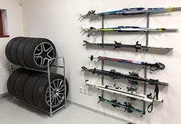 Kategória regále a držiaky na pneumatiky je zameraná na kovové regále na pneumatiky, a držiaky na pneumatiky na stenu. Namiesto použitých bazárových regálov si u nás vyberiete nový cenovo dostupný regál do garáže pre všetky typy pneumatík a diskov. Všetky výrobky máme skladom. Uloženie zimných, letných či sezónnych pneumatiky nikdy nebolo jednoduchšie.
