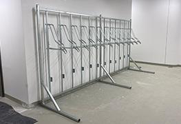 Nami navrhnuté držiaky a vešiaky typu vertikal a verikal pro na bicykle na samonosnej konštrukcii šetria miesto v priestoroch vyhradených na odkladanie bicyklov ako cyklo klietky, cyklo garáže, kočikárne. Konštrukciu pre uloženie držiakov na bicykle vo vertikálnej polohe vyrábame pre 6, 12,18 a 24 bicyklov. Konštrukcia je jednoducho zmontovateľná a uz do hodiny na ňu môžete zavesiť vaše bicykle.